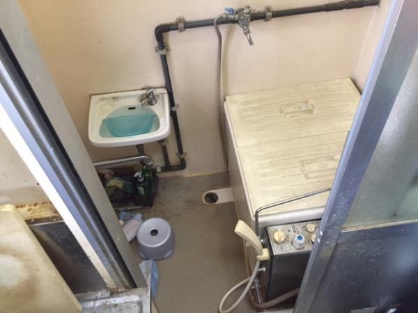 こちらが取り外し前の風呂釜の様子です。この風呂釜を取り外し、給湯器へと交換いたします。風呂釜を給湯器へ交換するメリットは、安全性の向上、耐久性の向上、並びにシャワーの湯量のアップの三つです。これらのメリットは、実感してみると本当に大きなものです。交換工事をご検討されているあなた、ご参考までにこちらをご覧ください。