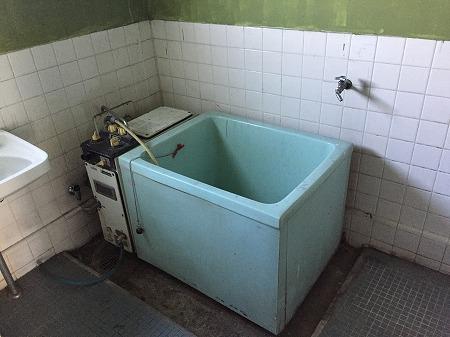 ホールインワン給湯器へリフォームする前のバランス釜の写真です。このタイプであれば、ホールインワン給湯器へとリフォームすることが可能です。