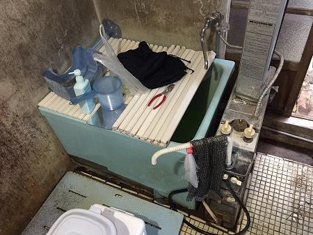 バランス釜から給湯器への交換工事【横浜市西区】バランス釜から給湯器へのグレードアップ工事の様子をご覧ください。No.1