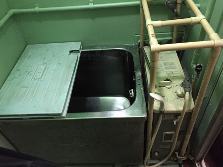 バランス釜から広い浴槽のホールインワンへの交換・リフォーム工事【都営住宅 in 江東区東雲】お得な費用でお取替え可能。その施工事例をご覧ください。その1