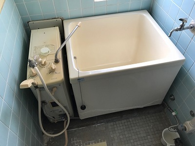 バランス釜のリフォーム工事【都営住宅 in 東京都町田市】バランス釜のリフォーム工事は、経験豊富な当社にお任せください。お得な費用と確かな工事で、快適なお風呂をご提供いたします。こちらは施工写真です。その1