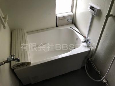 団地用広い浴槽セットの新規設置工事【市営住宅 in 横須賀市阿部倉】市営住宅へのお風呂の新規取り付け工事は、お得な費用と確実な工事を行う、団地風呂釜専門店の当社にお任せください。当社がどんな工事をするのか不安だと思いますので、まずはこちらの施工実績をご覧ください。その4