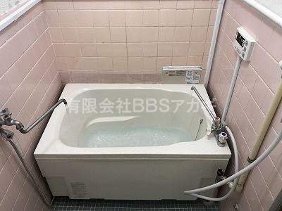 工事後の写真。バランス釜から広い浴槽へのリフォーム工事が完了しました。