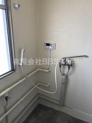シャワーを設置したところの写真|市営住宅のお風呂場にシャワーを設置する工事【市営住宅 in 神奈川県寒川町】