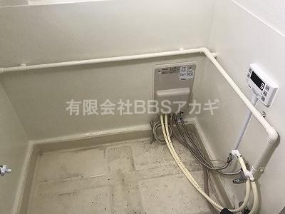 壁貫通型給湯器とリモコンを設置したところの写真です。