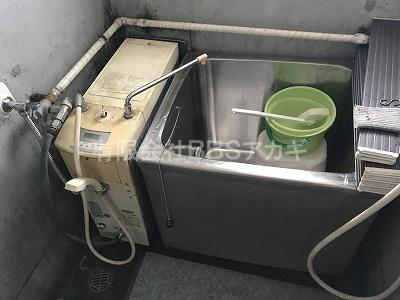 右側が現在設置されている風呂釜です。|東京ガスKG-813BF-FXS(風呂釜)からのお取り替え工事【市営住宅 in 川崎市幸区】