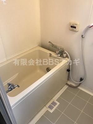 奥の壁に埋め込まれているのが今回交換する給湯器です。