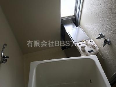 フロ釜をセットし、浴槽を搬入したところの写真です