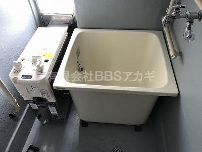 お次は浴槽を設置します。|団地用フロ釜&浴槽セットの新規取り付け工事【県営住宅 in 平塚市】