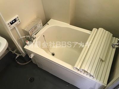 給湯器&浴槽の設置が完了しました|団地用シャワー&広い浴槽セットの新規取り付け工事【都営住宅 in 東京都中野区】