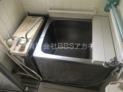 リフォーム前のバランス釜+浴槽のお写真です。 バランス釜からリモコン式お風呂へのリフォーム工事【横浜市神奈川区】