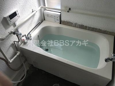 白くて低くて広い浴槽が設置されました。