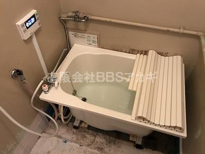 継ぎ目からの漏水確認などを行っています。|団地のお風呂を広くて低いタイプに交換する工事【市営住宅 in 川崎市】