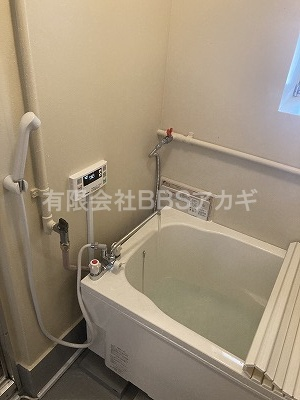 水道、リモコンなどの操作部分です。|風呂釜&浴槽の新規取り付け工事【区営住宅 in 中野区】