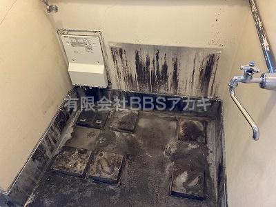 バランス釜と浴槽を撤去したところの写真です。 バランス釜から広い浴槽へお取り替えする工事【都営住宅 in 東京都調布市】